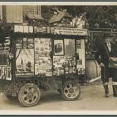 """Foto: Auktionshaus Christoph Gärtner, Bietigheim-Bissingen 1 von 3 Eine mobile Verkaufsstelle für Postkarten, abgebildet auf einer Postkarte. Auch dieses Exemplar stammt aus der Sammlung von Karl Stehle, der 2500 Karten allein zum Thema """"Geschichte der Ansichtskarte"""" gesammelt hat."""