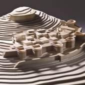 Holzmodell der Siedlung Kastri auf der Insel Syros im Maßstab 1:200; Stark befestigte Höhensiedlungen dieser Art sind typisch für die Kykladen um 2300 v. Chr. (Frühkykladisch II/III), dem Ende ihrer Blütezeit. Badisches Landesmuseum Karlsruhe, Modell:Bernhard Steinmann 2011