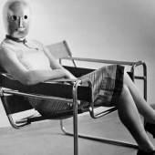 Sitzende mit Bühnenmaske von Oskar Schlemmer im Stahlrohrsessel von Marcel Breuer, Foto: Erich Consemüller, um 1926, Bauhaus-Archiv Berlin © Dr. Stephan Consemüller