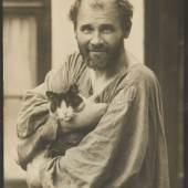 Moriz Nähr (1859–1945) Gustav Klimt mit seiner Katze, Wien 1912