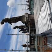Auch die 3,50 Meter hohen Attikaskulpturen werden restauriert. © SPSG/Frank Kallensee