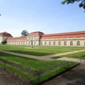 Vor der Sanierung: die Große Orangerie und der Theaterbau (l.) des Schlosses Charlottenburg in Berlin. © SP