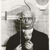 Bildnachweis: Oskar Schlemmer mit Maske und Metallobjekt, ca. 1931, Oskar Schlemmer Archiv, Staatsgalerie Stuttgart, Repro nach Original, um 1975, © Foto: Staatsgalerie Stuttgart