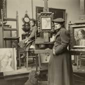 Ottilie W. Roederstein in ihrem Atelier im Städel- schen Kunstinstitut, Frankfurt am Main, um 1894 Roederstein-Jughenn-Archiv im Städel Museum, Foto © Roederstein-Jughenn-Archiv im Städel Museum, Frankfurt am Main