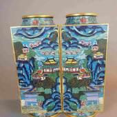 Paar seltene Cloisonné-Vierkantvasen - massiver schwerer Korpus in hochrechteckiger Cong-Form  Aufrufpreis:18.000 EUR
