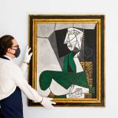 Pablo Picasso, Femme assise en costume vert (Gallery Image)