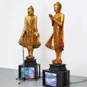 Lot 530 Nam June Paik Temple guards. 1993 2 vergoldete Holzskulpturen, Acryl, 2 Monitore, Augenkamera, Video auf DVD, Player Schätzpreis: € 300.000 – 400.000,-