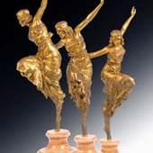 Vergoldete Bronze auf profiliertem und konkav eingezogenem Marmorsockel. Sockeloberseite bez.: P. Philippe. Bronze unter dem linken Fuß bez.: 156 FB. Eine junge Frau, die ein reich geschmücktes Rüschenkleid trägt. Sie balanciert in Balettschuhen auf einem Bein, wobei sie das andere hoch zieht und so die Vielfältigkeit des Faltenwurfs des Kleides zur Geltung kommt. Ihr Körper ist voller tänzerische Anspannung. 57,5 cm (14880010) Diese Figur ist abgebildet bei: H. Berman, Bronze 1800-1930, Bd. 2, Abb. 1662.