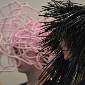 """((Bild Perücken-Kunstfiguren; Bildnachweis: Messe Sindelfingen)): """"Kunstfiguren"""" mit inspirierenden Perücken wandeln auf der ARTe am Messesamstag und -sonntag durch die Halle."""