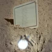 Amalia Pica Moon Golem, 2009 (Detailansicht) NASA-Fotografie mit graviertem Glas, Spotbeleuchtung, Spiegel und Sockel Courtesy die Künstlerin und Zabludowicz Collection, © Amalia Pica