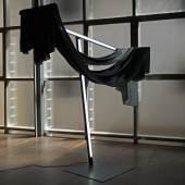 """Andreas Müller, """"Pietà"""", 2017, Siebdruck auf Habotai Seide (je 135 x 300 cm), schwarzer Samt, Stahlblech, U-Profile, Leuchtstoffröhren, grauer Sprühlack Edition: 3 (+II), 170 x 160 x 60 cm, Foto: Andreas Müller"""