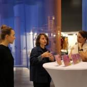 PK-Art-Bodensee-2018-Fetz-Reiterer-Voit Die Künstlerinnen der Sonderschau Epoca 7, Daniela Fetz und Selina Reiterer, beim Austausch mit Kuratorin Claudia Voit.(v.l.)