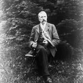 Otto Finsch (1839–1917) mit Greifvogel (1.2 MB) © Koloniales Bildarchiv, Universitätsbibliothek Frankfurt/Main; Repr. Esther Finsch, Freiburg/Br.