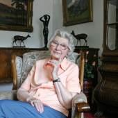 Irmgard Küpper in ihrer Wohnung 2005 Farbfotografie Foto: Cordia Schlegemilch