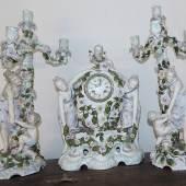 Prunk- Porzellanpendule mit Kerzenleuchter, Manufaktur Sitzendorf mit französischem Pendulenwerk m.Schlag, 8 Tage, 2.Hälfte 19.Jahrhunderts