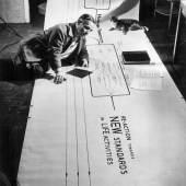 """Friedrich Kiesler und seine Katze Sing-Sing auf dem """"Metabolism Chart"""", New York 1947 Foto: © Österreichische Friedrich und Lillian Kiesler-Privatstiftung, Wien"""
