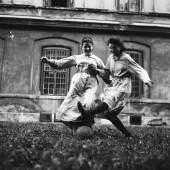 """Schwestern des von den Amerikanern unterstützten Kinderheims """"Am Himmel"""" beim Fußballspiel. 1952 – © Okamoto / ÖNB"""