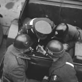 Alliierte Militärpolizei bei einer Zigarettenpause. Um 1950 – © Okamoto / ÖNB
