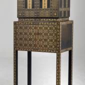 """Otto Prutscher (Entwurf) """"Kasten auf Tisch"""" Mod. Nr. BL 0810, 1908, Ausführung Wiener Werkstätte, erzielter Preis € 244.414"""