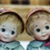 Alte Puppen aus 2 Jahrhunderten sind ebenso vertreten wie die Puppenkinder unserer Zeit.