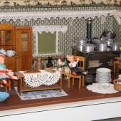 """In der Kinderführung durch die Ausstellung """"Küchen/Möbel. Design und Geschichte"""" sehen die jungen Besucherinnen und Besucher unter anderem auch diese Puppenküche aus dem Technischen Museum (c) Technisches Museum Wien"""