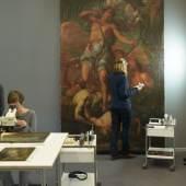 Arbeitsalltag der Gemälderestauratorinnen Mechthild Most, Anja Wolf und Eva Wenders de Calisse (v. l. n. r.). Foto: SPSG