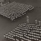 Alexander Rodtschenko Marschkolonne der Sportvereinigung Dynamo. 1932 Vintage Print auf Silbergelatinepapier Sammlung Museum Moskauer Haus der Fotografie / Multimedia Art Museum Moskau © A. Rodtschenko – W. Stepanova Archiv © Museum Moskauer Haus der Fotografie