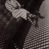 Alexander Rodtschenko Mädchen mit Leica. 1934 Vintage Print auf Silbergelantinepapier Sammlung Museum Moskauer Haus der Fotografie / Multimedia Art Museum Moskau © A. Rodtschenko – W. Stepanova Archiv © Museum Moskauer Haus der Fotografie