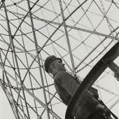 Alexander Rodtschenko Wache am Schuchow-Turm. 1929 Vintage Print auf Silbergelantinepapier Sammlung Museum Moskauer Haus der Fotografie / Multimedia Art Museum Moskau © A. Rodtschenko – W. Stepanova Archiv © Museum Moskauer Haus der Fotografie