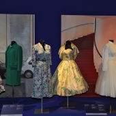 Weit schwingende Röcke und enge Taille – so kleidete man sich in den 1950er Jahren.