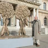 """Rudi Wachs Skulptur """"Das Tor der Hände"""" (2014, Bronze, Goldfarbe, 202,5 x 203 x 40 cm) auf dem Vorplatz des TiroleLandesmuseum Ferdinandeum; Präsentation bis 29. März 2015 Foto: Wolfgang Lackner"""