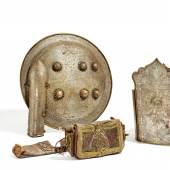 Rüstung mit Jagdszenen Indien oder Persien | 17./18. Jh. | Stahl in flachem Relief ziseliert und mit Koftgari-Einlagen in Gold Taxe: 10.000 – 20.000 Euro