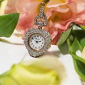 Los 625: Tiffany & Co. Diamantanhängeuhr in Herzform. In Roségold 18K, besetzt mit 216 Diamanten und 13 Diamantrosen.