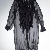 KLEID. DRIES VAN NOTEN, ANTWERPEN. Seidenchiffon, schwarz, transparent, vorne durchgeknöpft, Stehkragen, langärmelig, Knopfleiste mit Rüschen. Gr. 36. Hannelore Elsner trug dieses Kleid anlässlich der Verleihung des Bayerischen Filmpreises im Prinzregententheater in München am 17. Januar 2014. AUKTION 930 / LOT 1360. SCHÄTZPREIS € 280–340