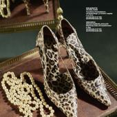 "PERLENKETTECHANEL, PARIS Cremefarbene Perlenimitationen,  mit Metallanhänger ""CC-Emblem"", vergoldet. L. ca. 72 cm.  AUKTION 930 / LOT 1163SCHÄTZPREIS € 200–250HIGH HEELSDOLCE & GABBANA, MAILAND Sling-Pumps, Leder, mit Leopardenmuster.  Gr. 38,5.  AUKTION 930 / LOT 1175SCHÄTZPREIS € 250–280"