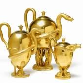 Set aus drei Teekannen mit Schlangenhenkeln Porzellan, radierte matte und glänzende Vergoldung. Berlin, KPM, 1806 - 20. Schätzpreis:6.000 - 8.000 EUR