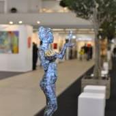 """((Bild Skulptur Allee; Bildnachweis: Messe Sindelfingen)): Eine """"Allee"""" aus echten Bäumen lädt auf der ARTe zum Flanieren, Betrachten und Verweilen ein."""