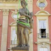 Während der Wiederaufstellung restaurierter Skulpturen im Ehrenhof des Neuen Palais. Foto: SPSG/Will