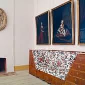 Aus Nussholz gefertigtes Kastensofa  Schlafgemach der Königin Sophie Dorothea Schloss Königs Wusterhausen © SPSG / Foto: Hans Bach