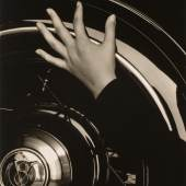 Alfred Stieglitz (1864-1946): Georgia O'Keeffe, Hand on Back Tire of Ford V8, 1933, George Eastman House, Rochester; part purchase and part gift from Georgia O'Keeffe, © Georgia O'Keeffe Museum/VG Bild-Kunst, Bonn 2012