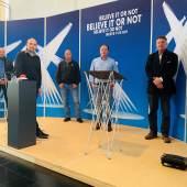 Das Team des Deutschen Zeitungsmuseums (von links vorne nach rechts): Dr. Christian Göbel, Werner Werle, Paul Schwarz, Sascha Boßlet, Dr. Roger Münch, Foto: Stiftung Saarländischer Kulturbesitz.