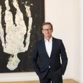 Thaddaeus Ropac Salzburg vor dem Kunstwerk von Georg Baselitz Arrivato a passo, Signora Kraut 2019_