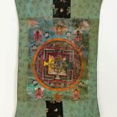 Thangka Tibet, wohl 18. Jh.Mischtechnik, goldgehöht. Mandala mit Schutzgottheiten  (Alterssp.). Eingefasst in Brokatstoff. 64 x 48,5 cm.(e6925013)800,-- EURO