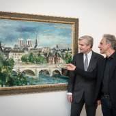 """Georg Bucher mit Günther Holler-Schuster vor Wilhelm Thönys Bild """"Paris - Île de la Cité"""", (1929/30); Foto: N. Lackner"""