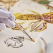 Über die Schulter geblickt: Mit größter Sorgfalt werden die kunstvollen Werke gereinigt, stabilisiert und konserviert. © Österreichische Nationalbibliothek