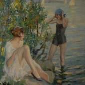 """Kat.Nr. 3990, Limit: 39.000 €, Cucuel, Edward: """"Badezeit"""". Öl/Leinwand, links unten signiert, verso bezeichnet/betitelt. Im leuchtend weißen Kleid mit angewinkeltem Bein sitzende junge Frau vor einem Busch am Ufer des Sees, in dessem Wasser eine weitere Frau im schwarzen Badeanzug steht, während im Hintergrund Segler im Sonnenlicht zu sehen sind. 60 x 60 cm, Goldrahmen 79 x 79 cm. Th/B. 8/186: (1879 San Francisco-1959 New York), Schüler der Akademie San Francisco, der Académie Julian, Colarossi und der Académie des Beaux-Arts unter Jean-Léon Gérôme in Paris. Schloss sich der """"Scholle"""" in München an, Schüler von Leo Putz in München. ABB.B 427"""