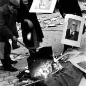 Erich Lessing Aufständische verbrennen Porträts des Kommunistenführers Mátyás Rákosi, Budapest Oktober 1956 © Erich Lessing