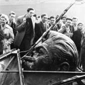 Rolf Gillhausen Kopf des gestürzten Stalindenkmals, Budapest Oktober 1956 © Rolf Gillhausen