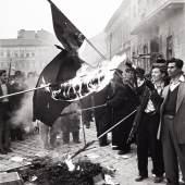 Erich Lessing Sowjetische Fahnen werden nach der Besetzung der Zentrale der kommunistischen Partei verbrannt, Kőztársaság-Platz, Budapest 30. Oktober 1956 © Erich Lessing