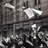 """Erich Lessing Menschen versuchen die erste Ausgabe der Zeitung """"Népszabadság"""" (Freiheit des Volkes) zu ergattern, Budapest 2. November 1956 © Erich Lessing"""